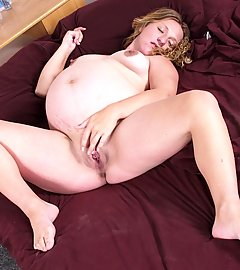 Sexy pregnant babe totally naked in bed and rubbing her dripping wet shaved muff